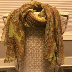 Accessories - Woman's large flowing scarf